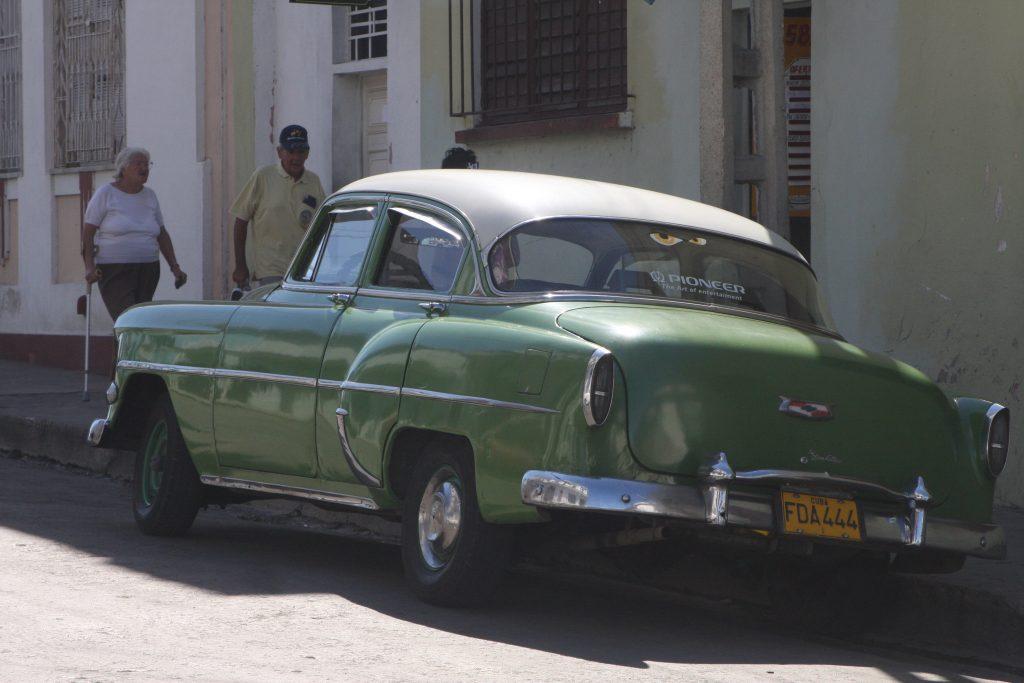 Alte Autos auf havannas Straßen