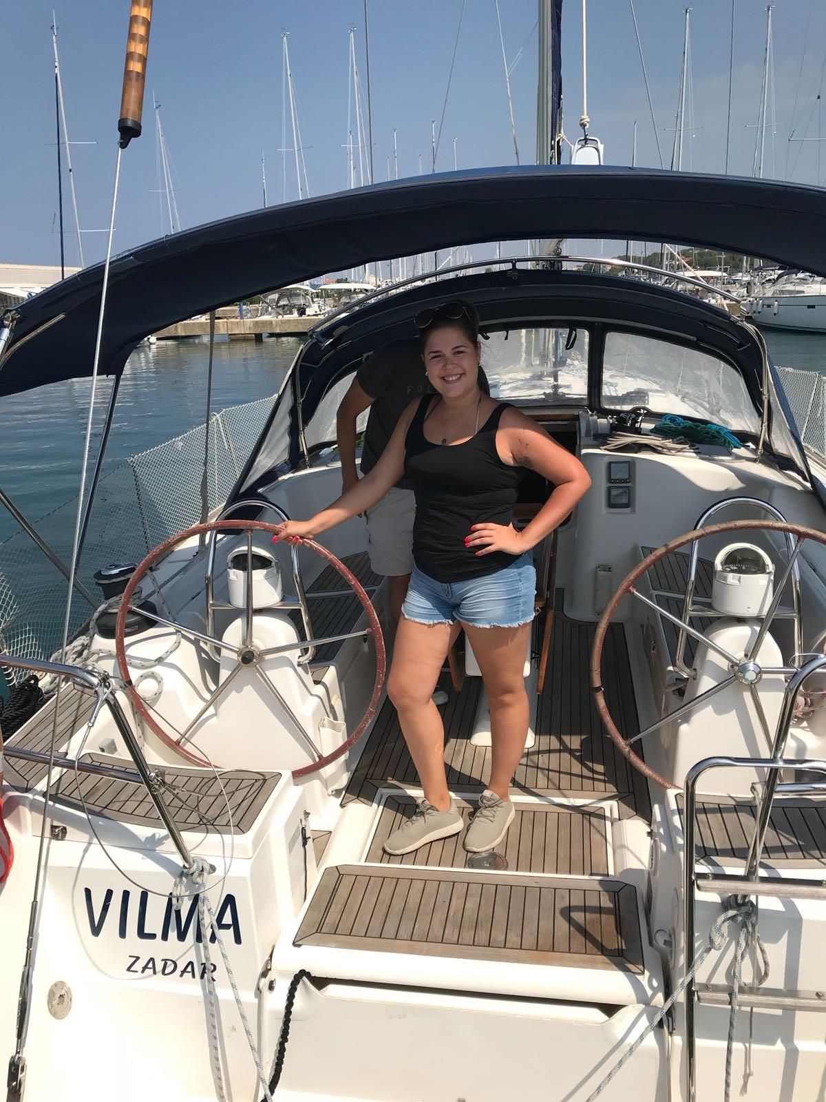 Master Yachting Crewmitglied am Steuer einer Yacht beim Skippertraining