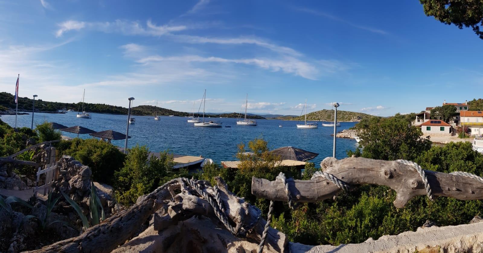 Segelyachtn in einer Bucht in Kroatien
