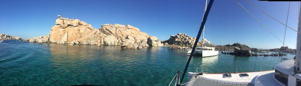 Segelyacht in Bucht vor Sardinien