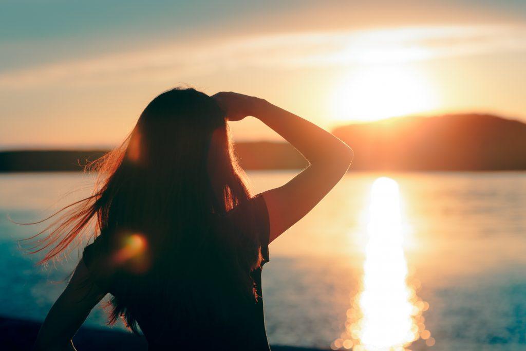 Junge Frau schaut auf den Horizont